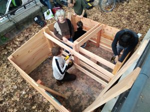 installation d'un lombricomposteur en bois dans un quartier
